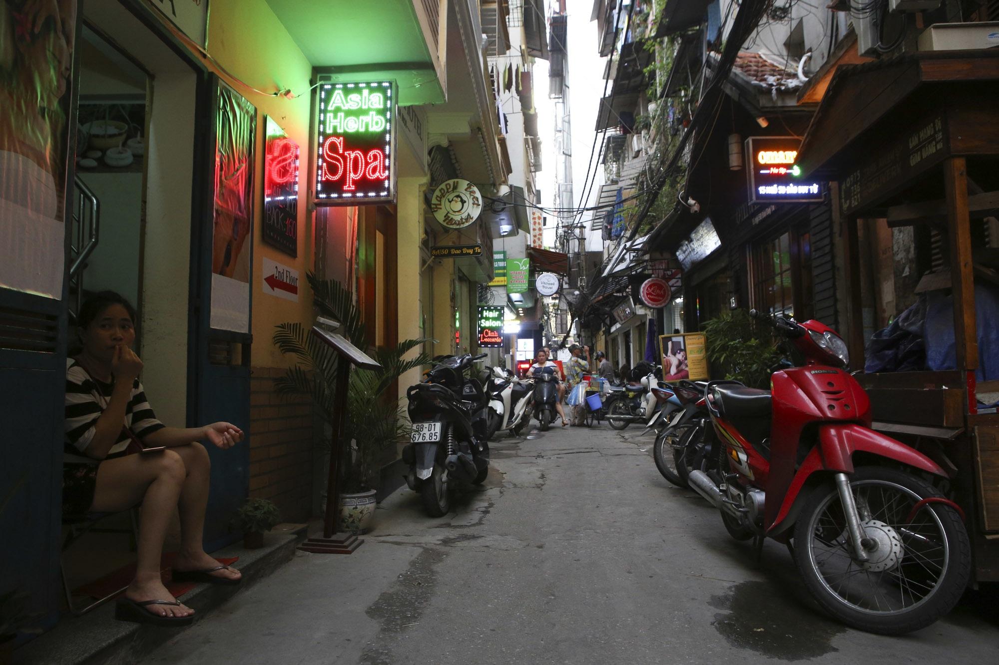 Nhịp sống sôi động trong ngõ siêu nhỏ ở phố cổ Hà Nội - 10