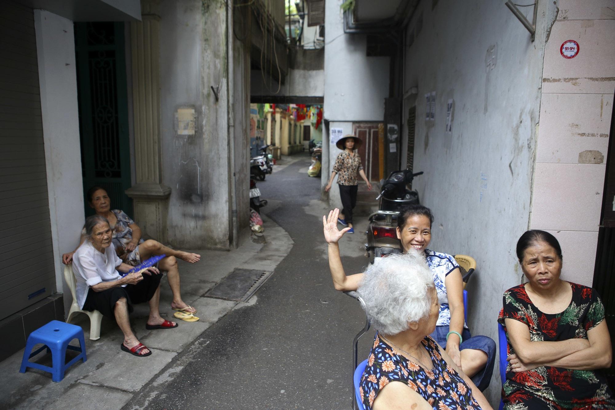 Nhịp sống sôi động trong ngõ siêu nhỏ ở phố cổ Hà Nội - 13