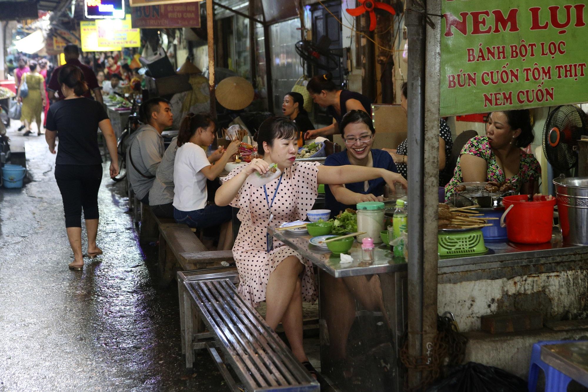 Nhịp sống sôi động trong ngõ siêu nhỏ ở phố cổ Hà Nội - 4