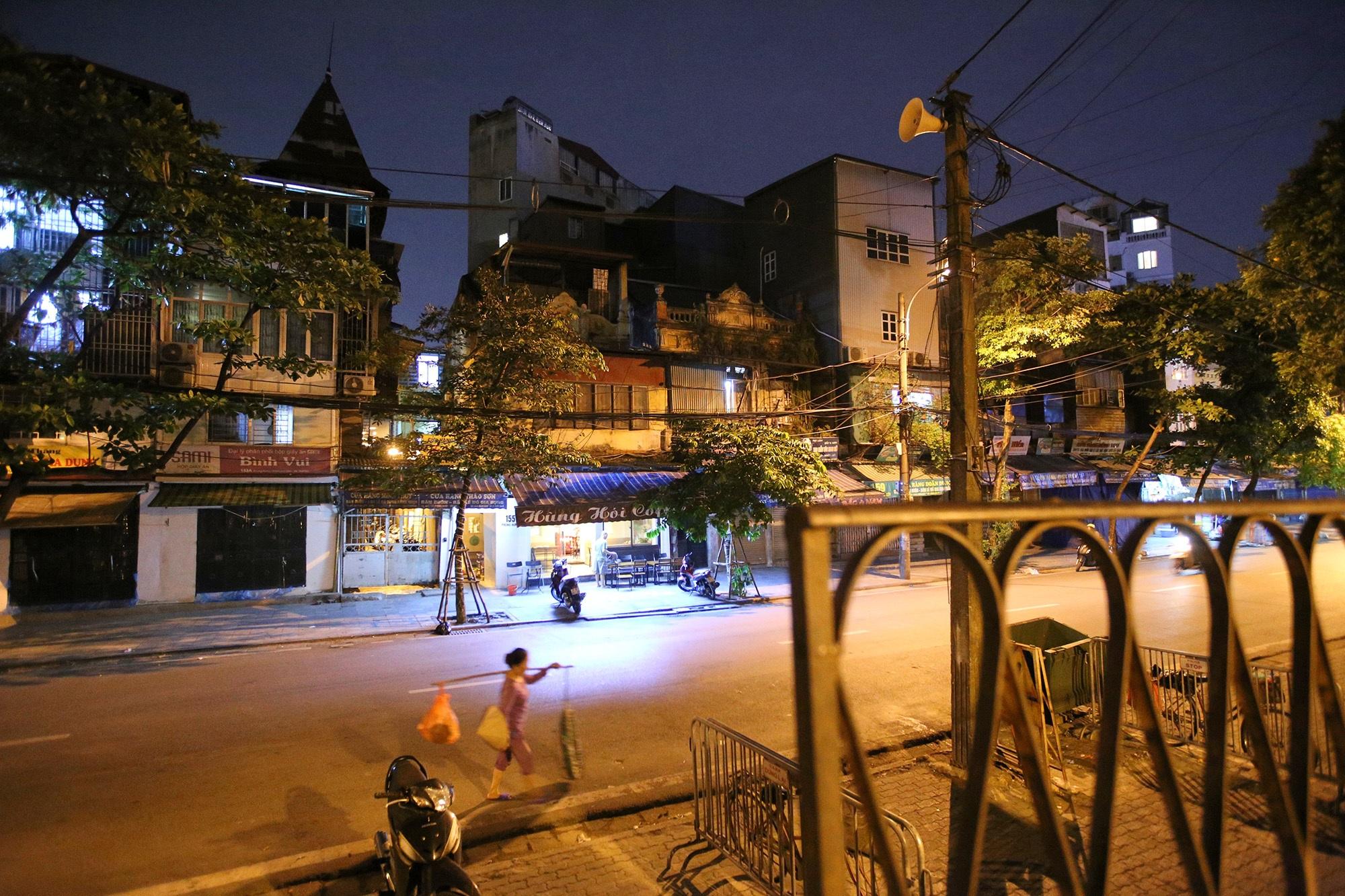 Phố vắng lãng mạn trong đêm ở Hà Nội - 1