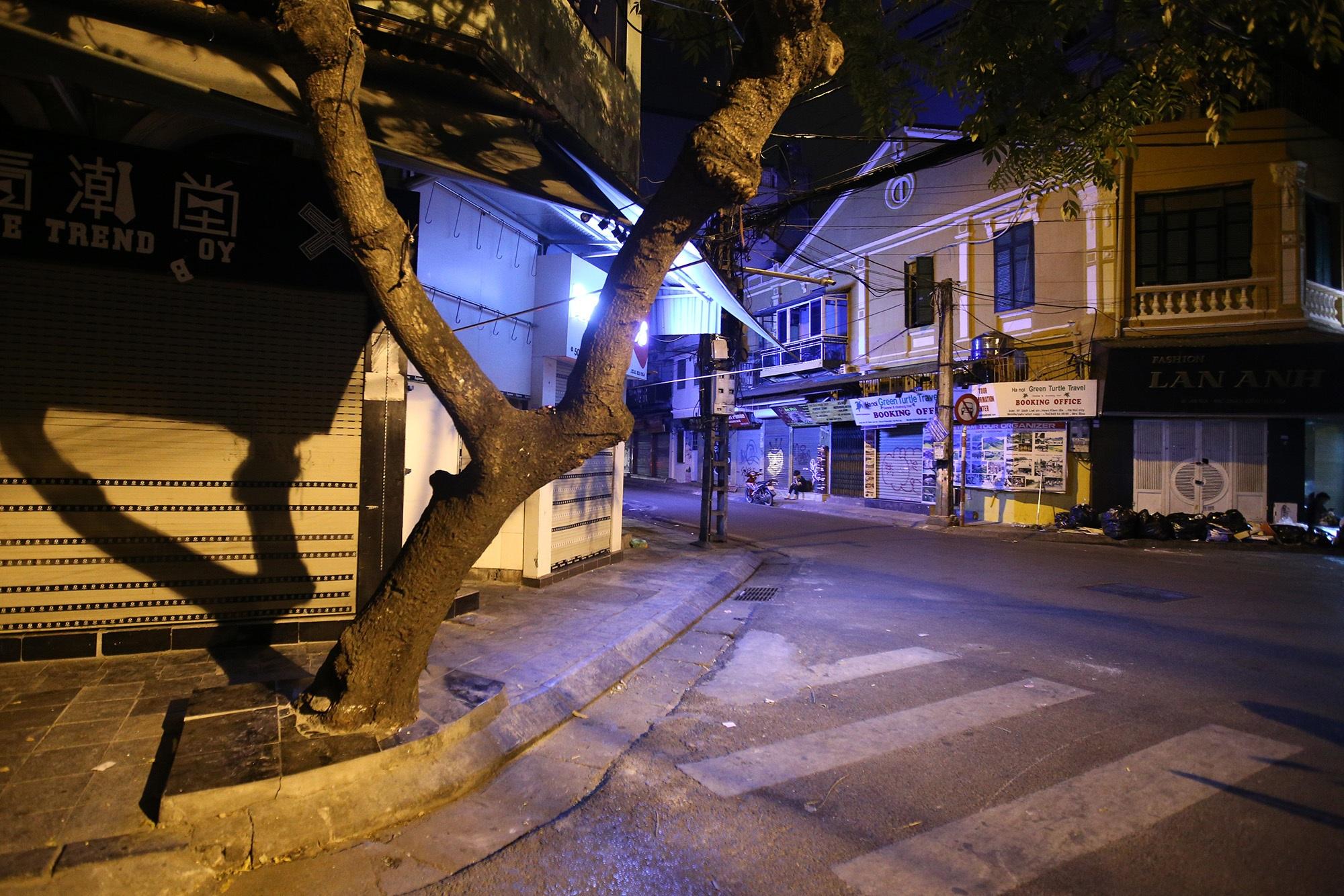 Phố vắng lãng mạn trong đêm ở Hà Nội - 15