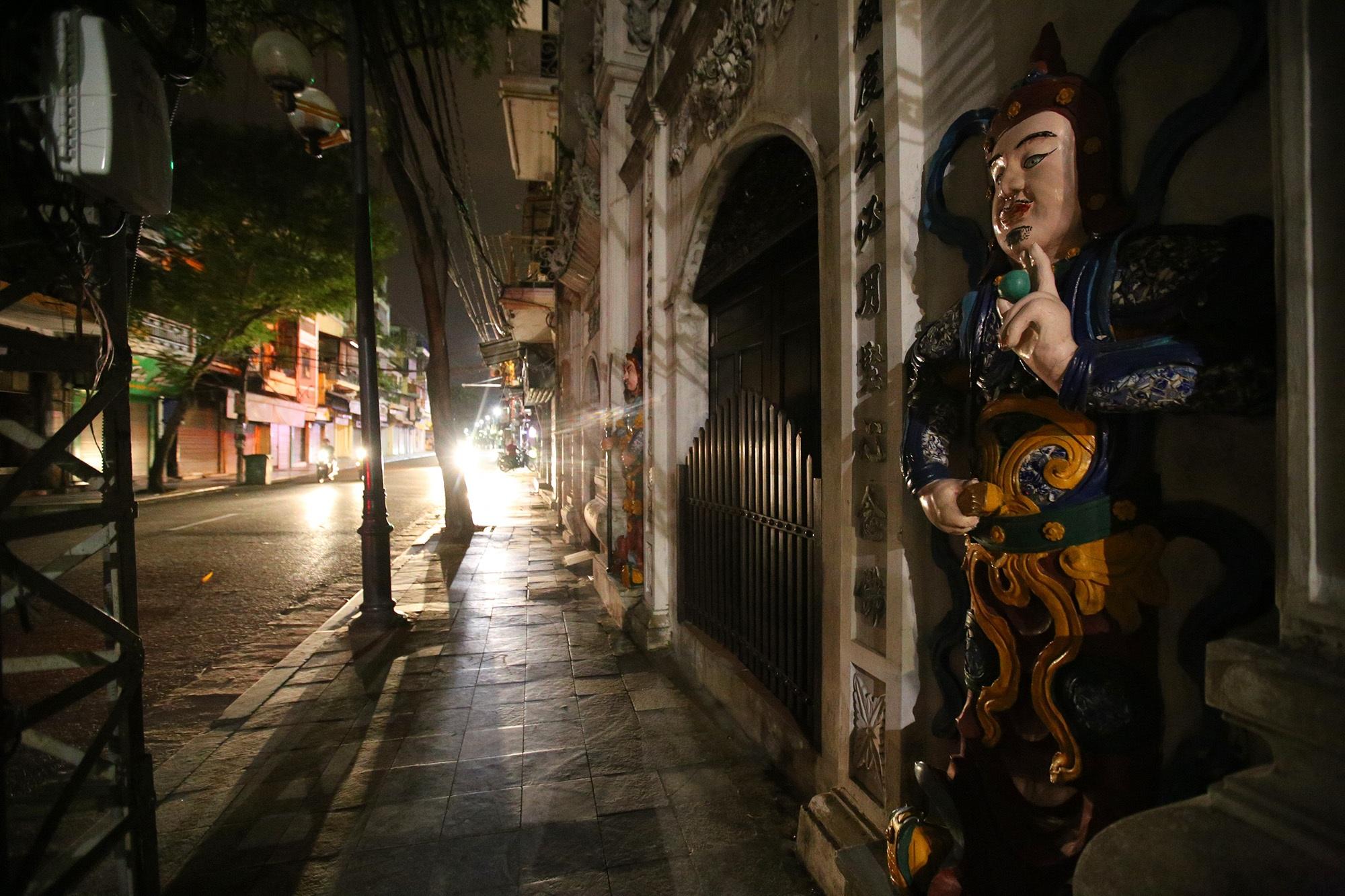 Phố vắng lãng mạn trong đêm ở Hà Nội - 3