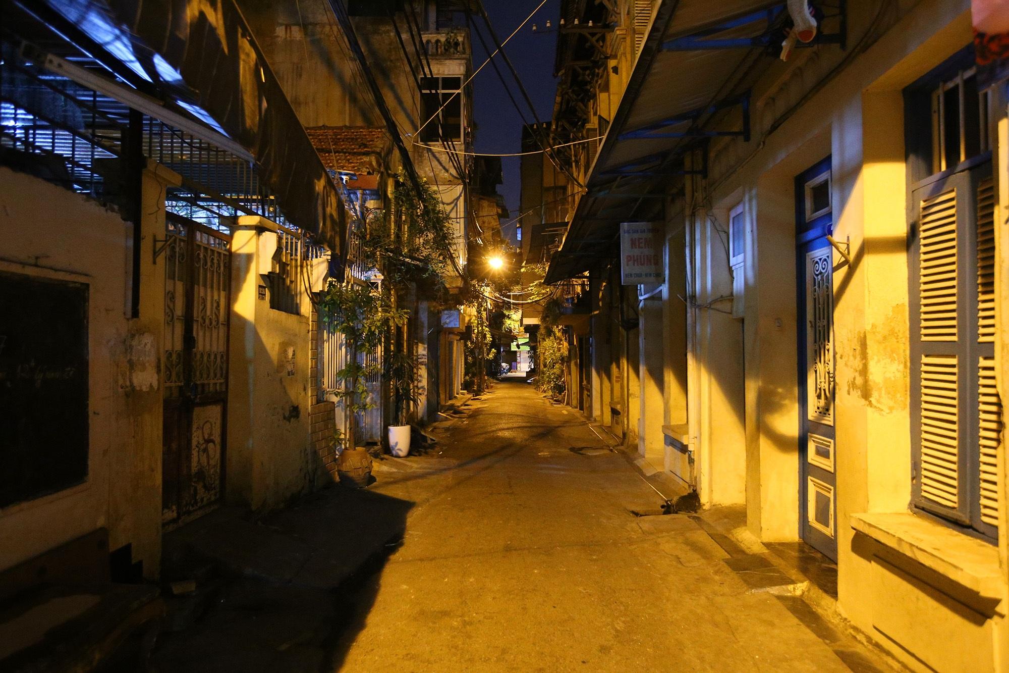 Phố vắng lãng mạn trong đêm ở Hà Nội - 7