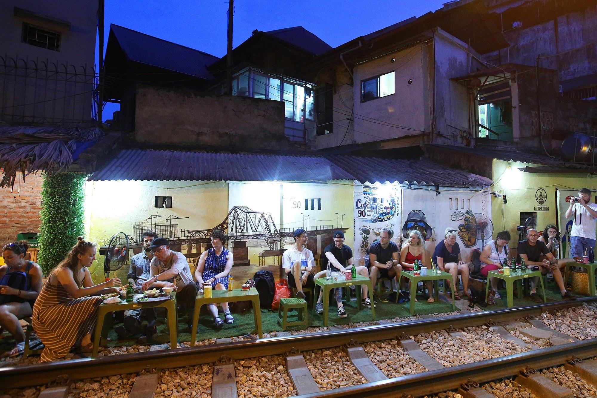 Xóm đường tàu lên đời thành điểm du lịch hấp dẫn ở Hà Nội - 12