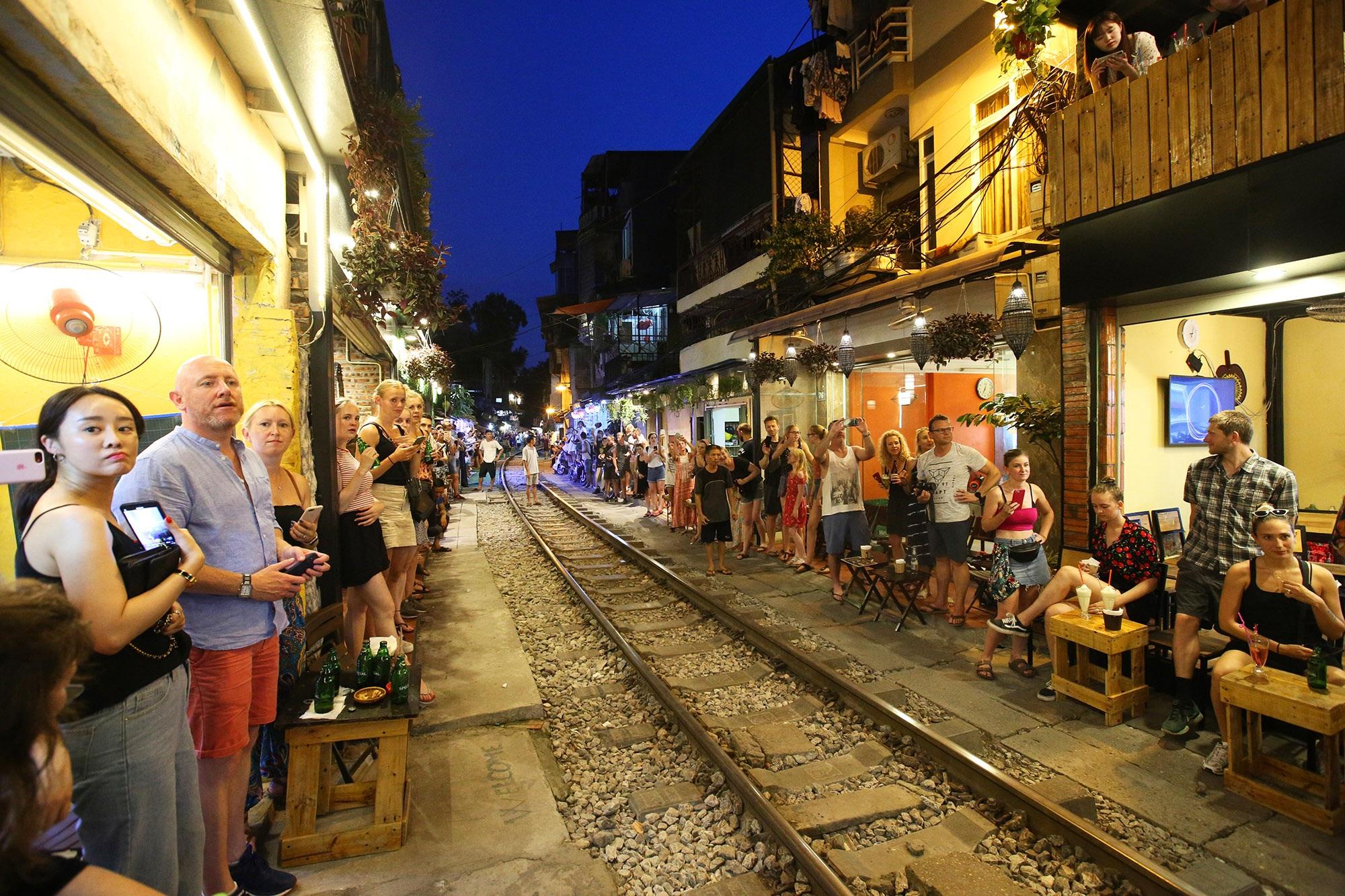 Xóm đường tàu lên đời thành điểm du lịch hấp dẫn ở Hà Nội - 13