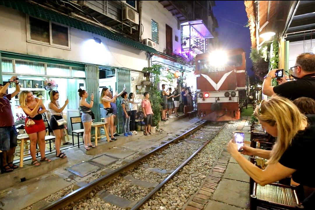 Xóm đường tàu lên đời thành điểm du lịch hấp dẫn ở Hà Nội - 14