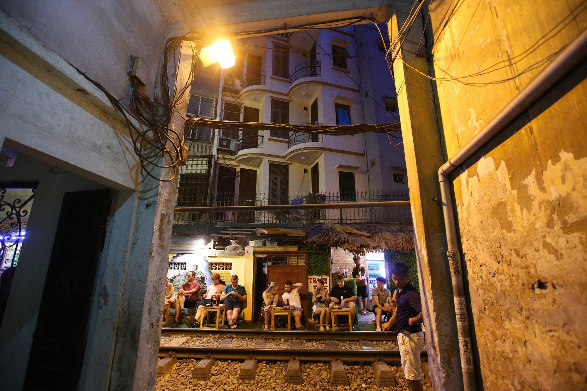 Xóm đường tàu lên đời thành điểm du lịch hấp dẫn ở Hà Nội - 15