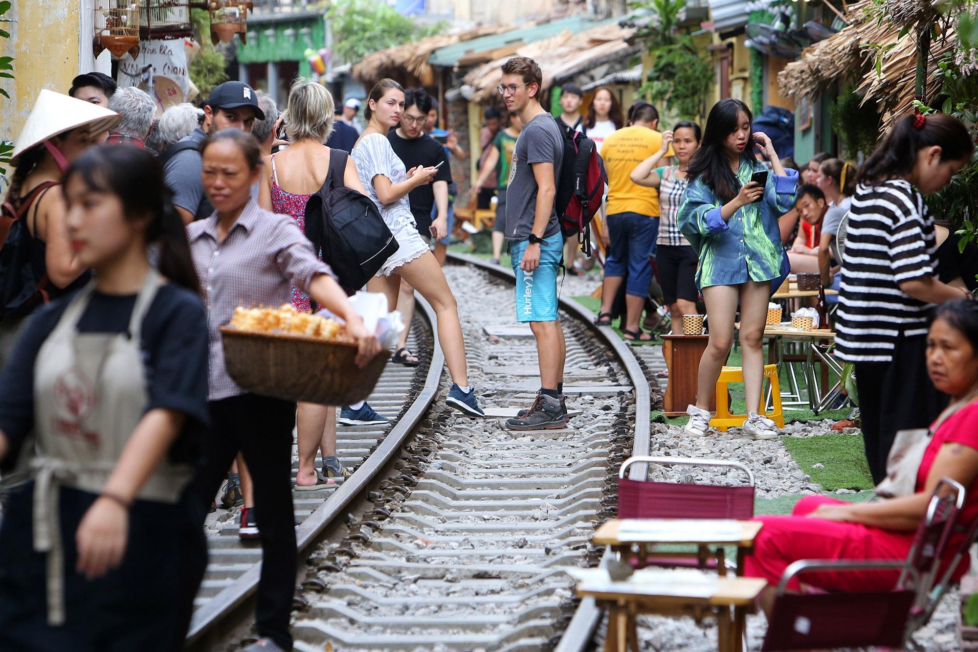 Xóm đường tàu lên đời thành điểm du lịch hấp dẫn ở Hà Nội - 2