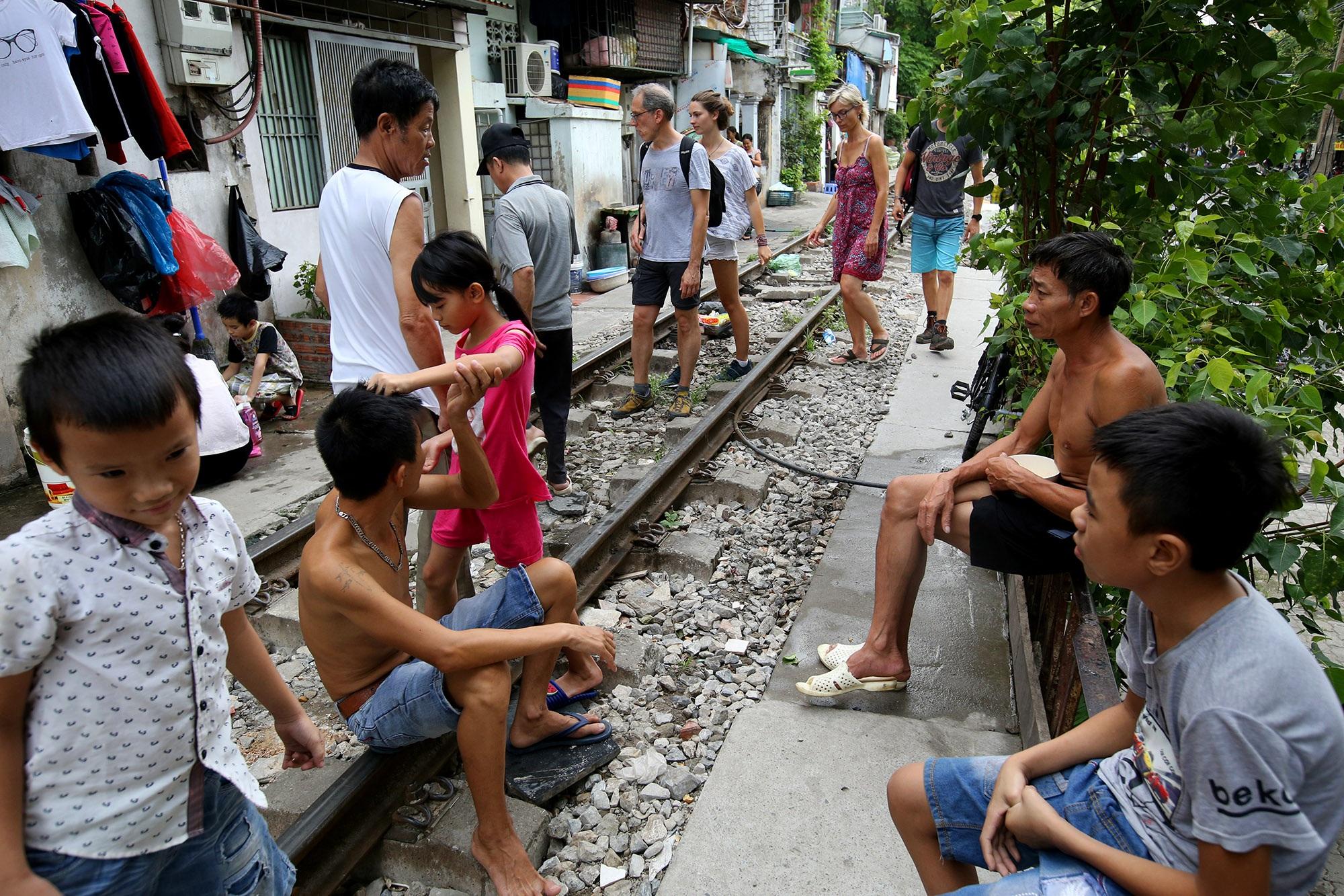 Xóm đường tàu lên đời thành điểm du lịch hấp dẫn ở Hà Nội - 3