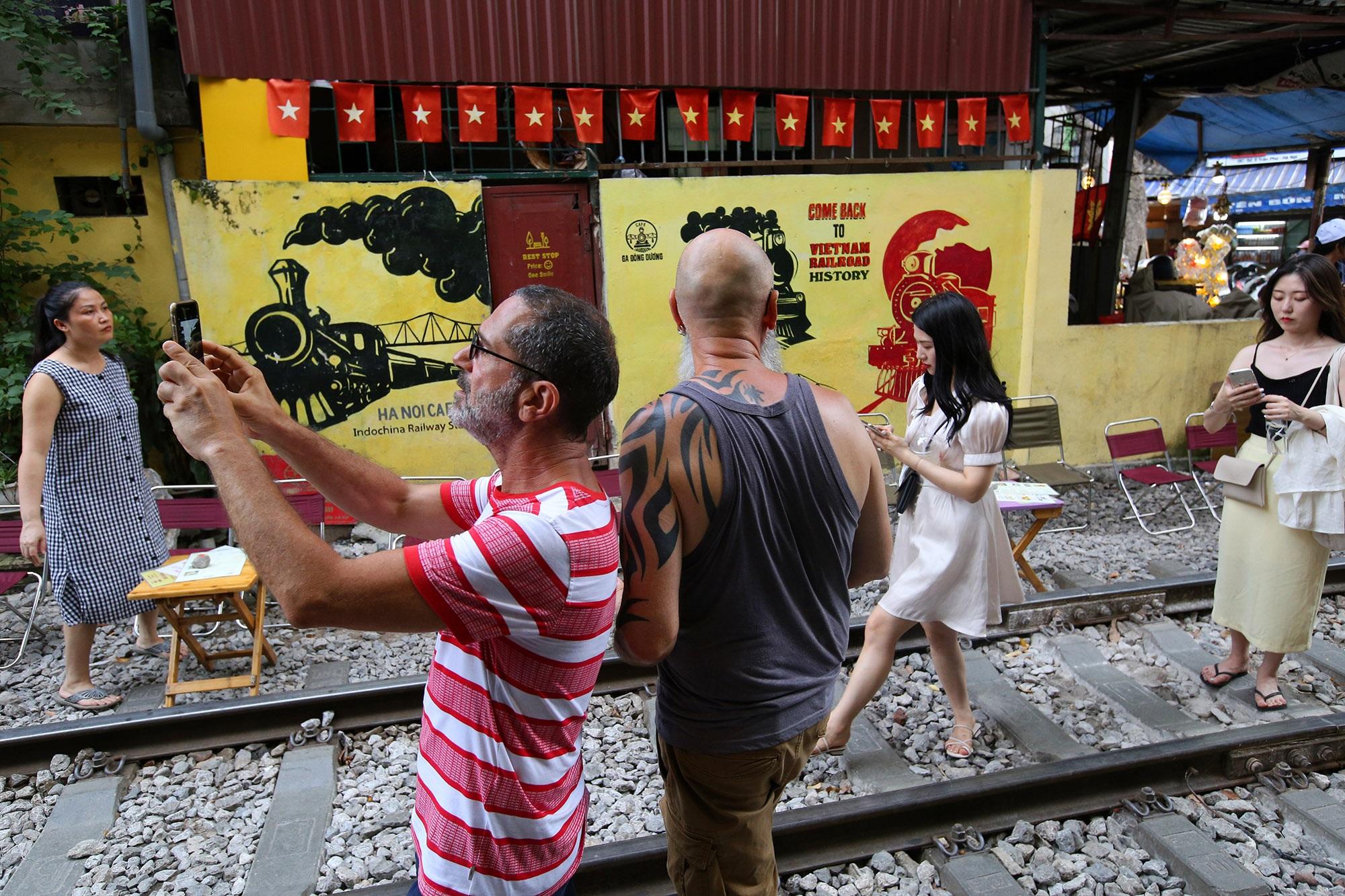 Xóm đường tàu lên đời thành điểm du lịch hấp dẫn ở Hà Nội - 5