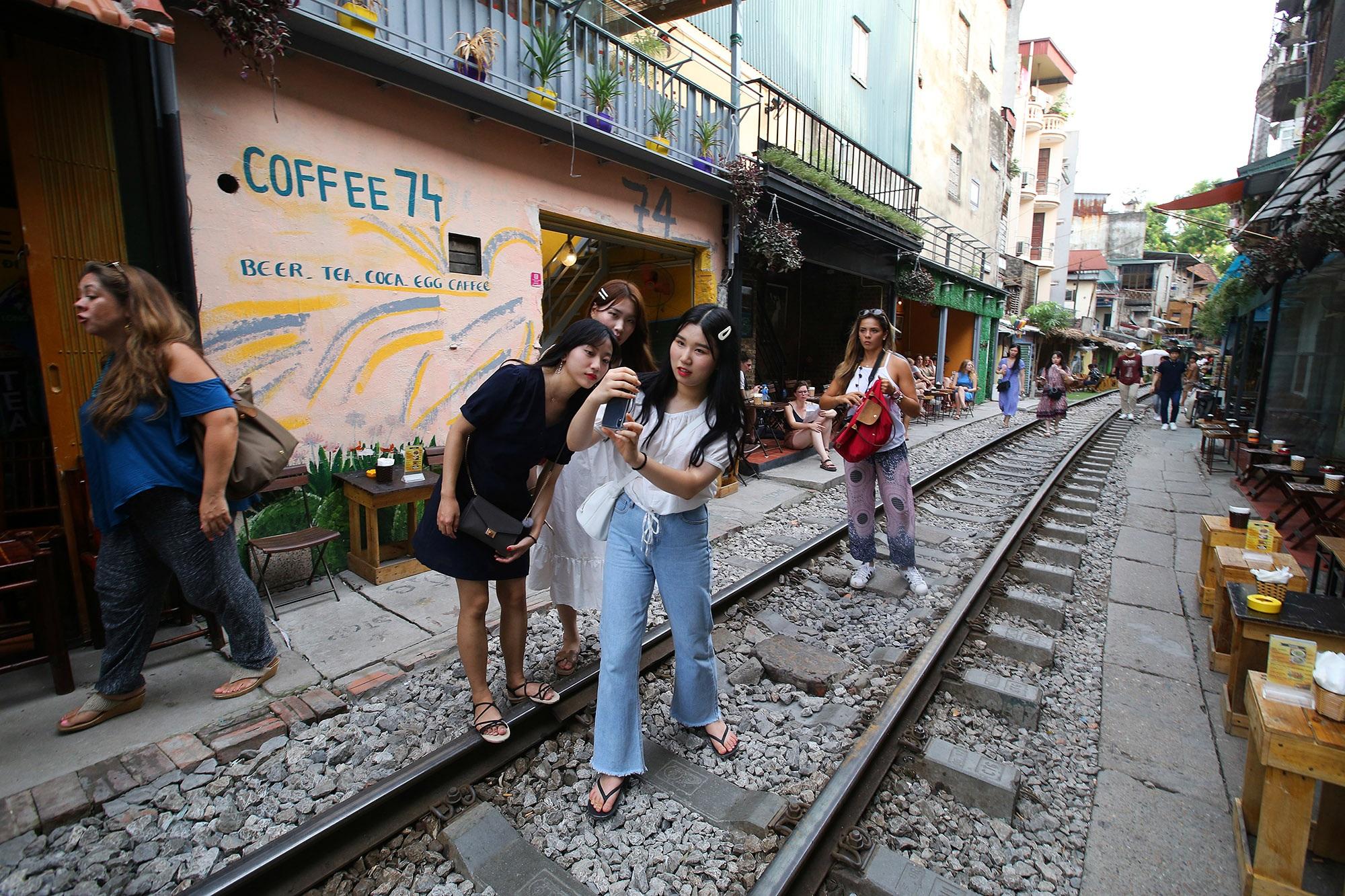 Xóm đường tàu lên đời thành điểm du lịch hấp dẫn ở Hà Nội - 6