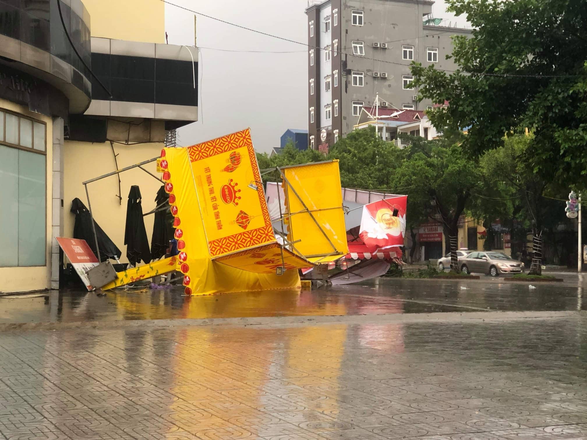 Quảng Ninh - Hải Phòng: Đường phố ngập sâu, cây xanh gãy đổ ngổn ngang sau bão số 3 - 11