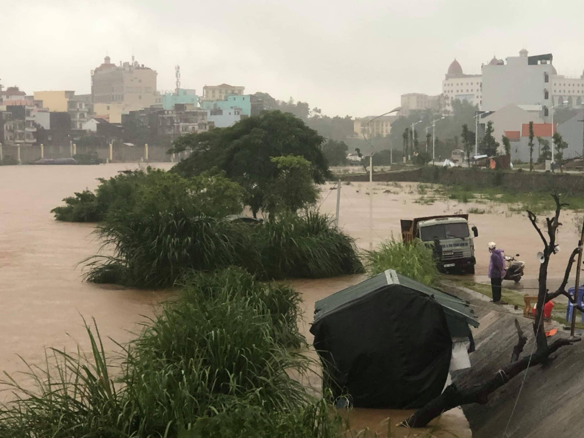 Quảng Ninh - Hải Phòng: Đường phố ngập sâu, cây xanh gãy đổ ngổn ngang sau bão số 3 - 13