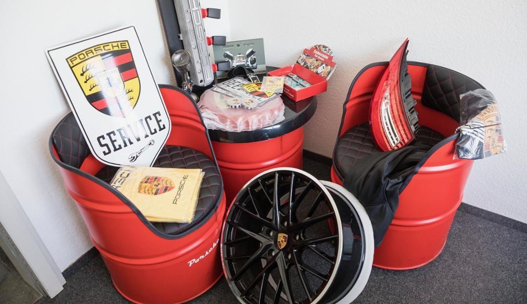 Hàng giả Porsche có đủ chủng loại, từ áo phông, mũ, cho tới vành xe, túi khí.