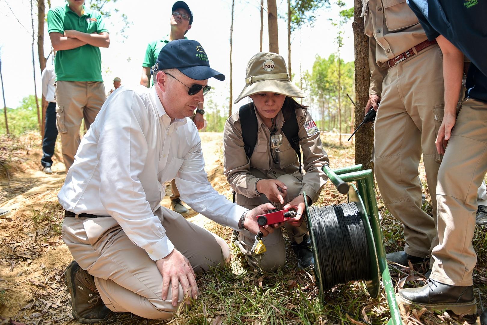 Đại sứ Mỹ tự tay phá hủy bom mìn còn sót lại sau chiến tranh tại Quảng Trị - 16