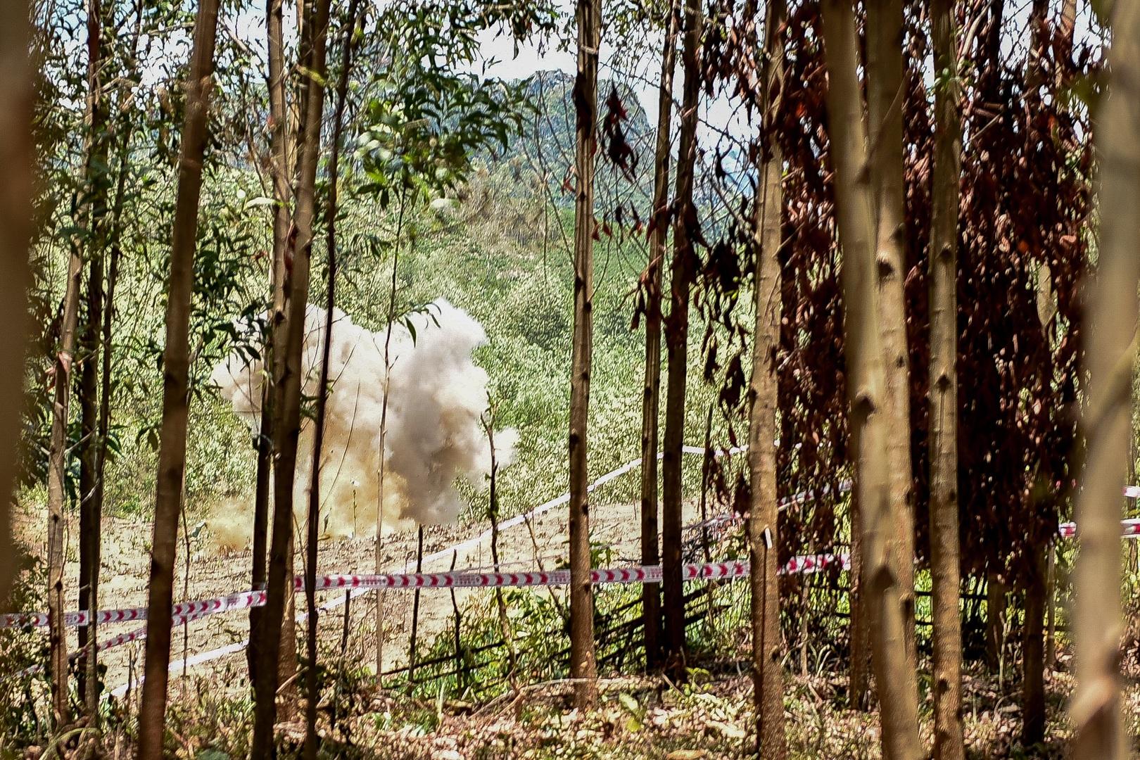 Đại sứ Mỹ tự tay phá hủy bom mìn còn sót lại sau chiến tranh tại Quảng Trị - 17
