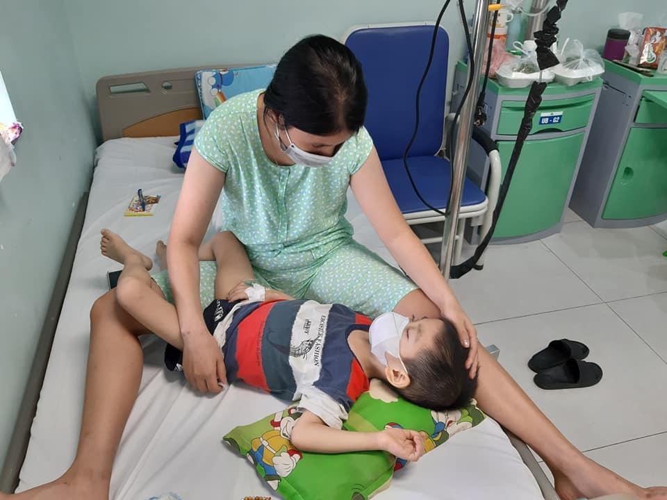 Rơi lệ hình ảnh bố cạo trọc đầu cùng con trai 3 tuổi chống chọi ung thư - 11