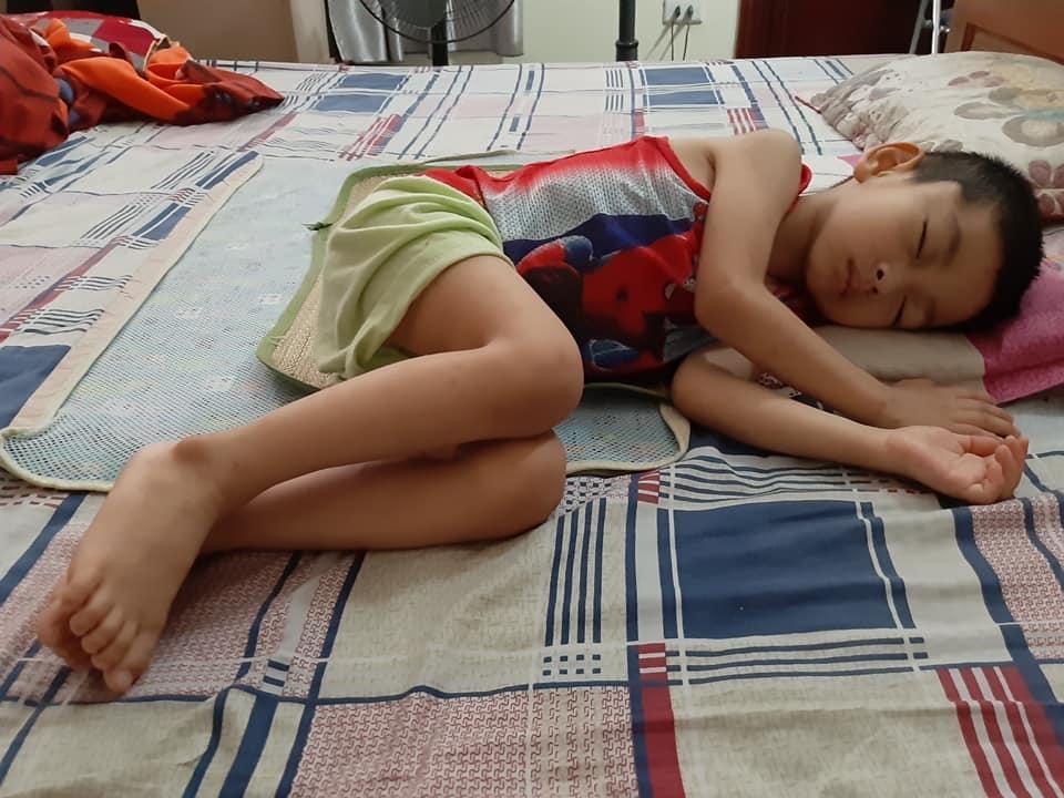 Rơi lệ hình ảnh bố cạo trọc đầu cùng con trai 3 tuổi chống chọi ung thư - 7