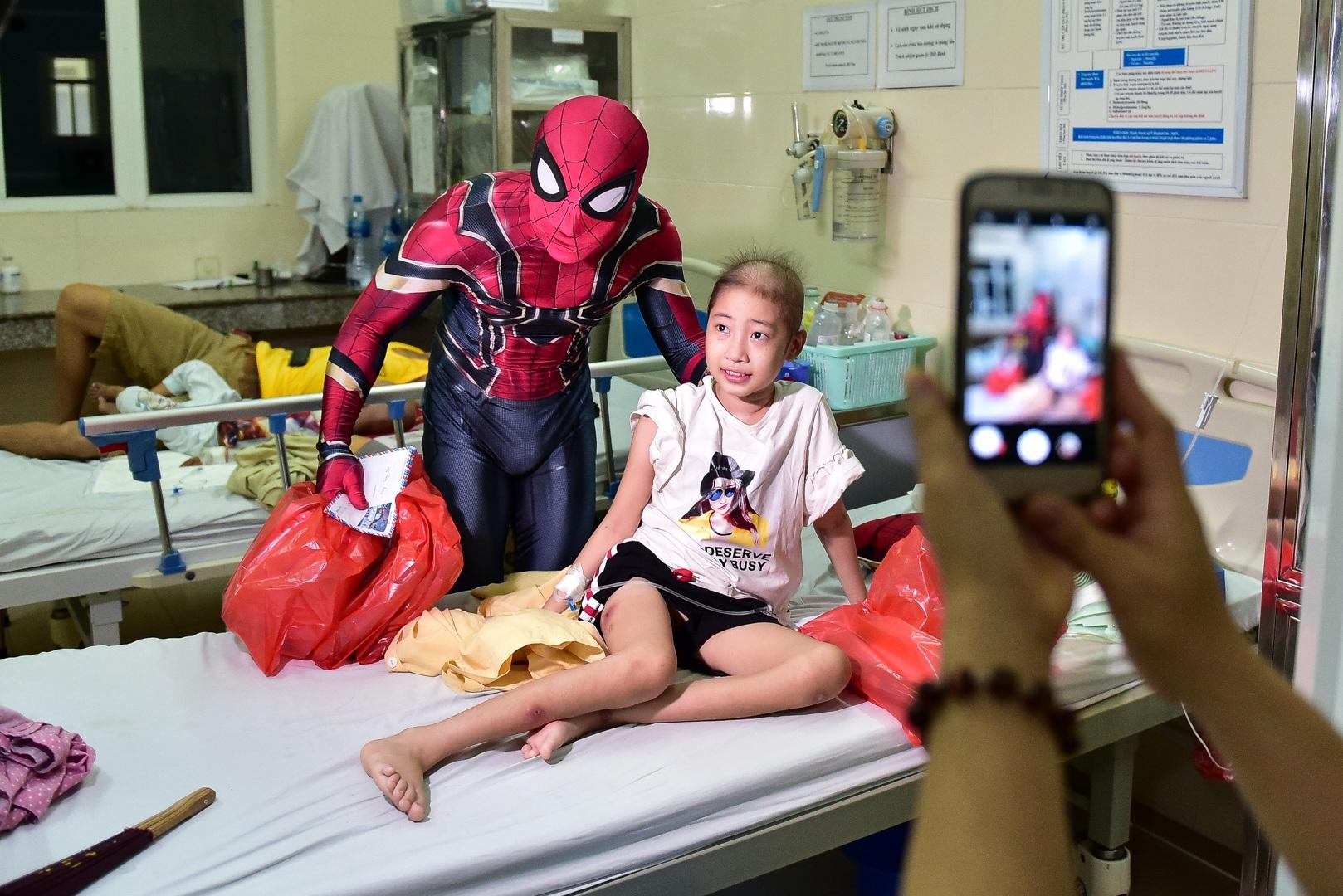 Chàng trai hoá thân thành người nhện đi truyền lửa cho các bệnh nhi ung thư - 2