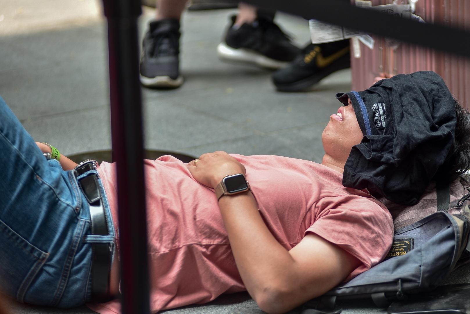 Tường thuật từ Singapore: Cả ngàn người ăn chực nằm chờ iPhone 11 - 10