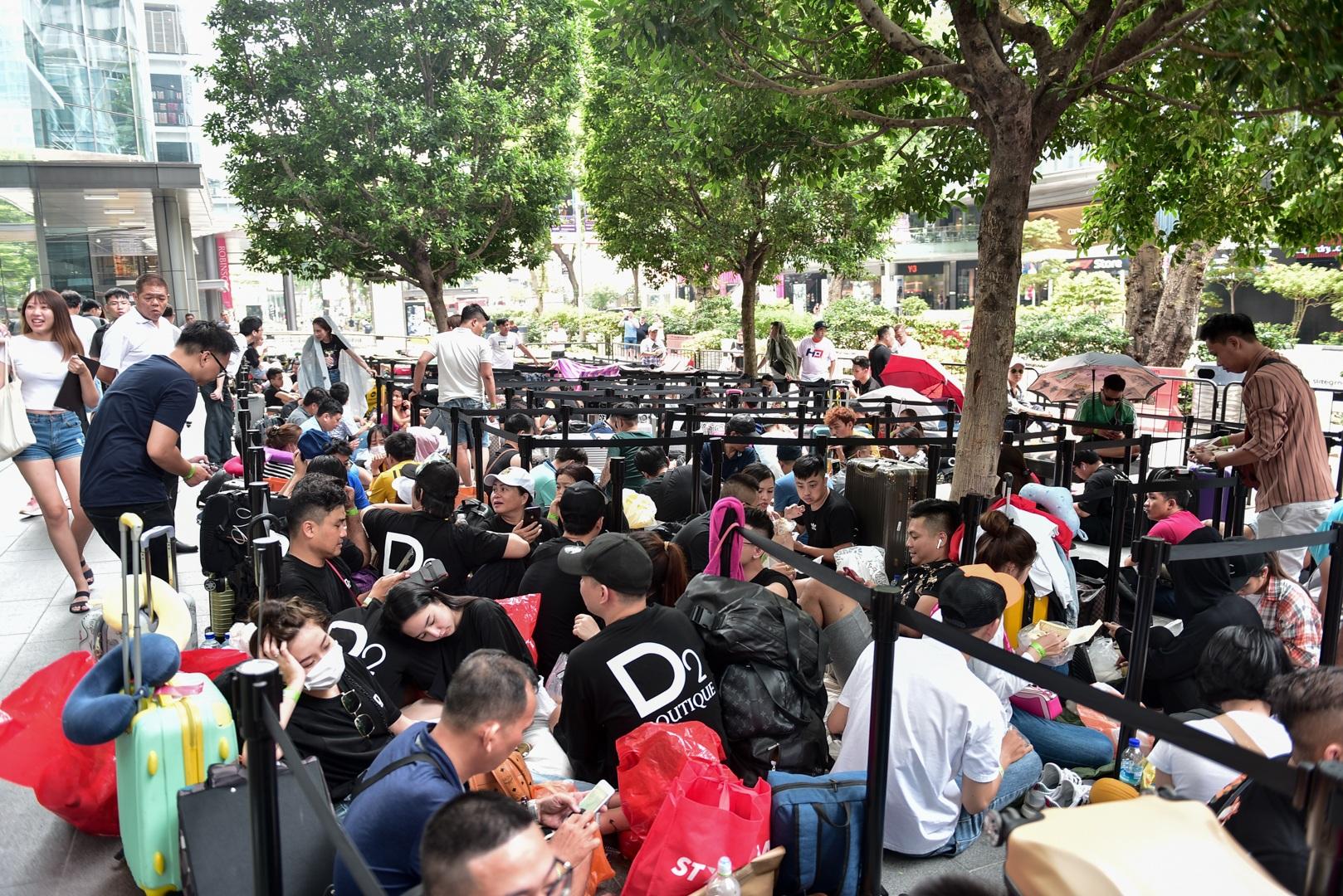 Tường thuật từ Singapore: Cả ngàn người ăn chực nằm chờ iPhone 11 - 1