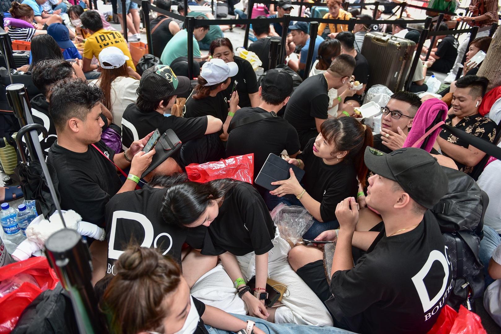 Tường thuật từ Singapore: Cả ngàn người ăn chực nằm chờ iPhone 11 - 4
