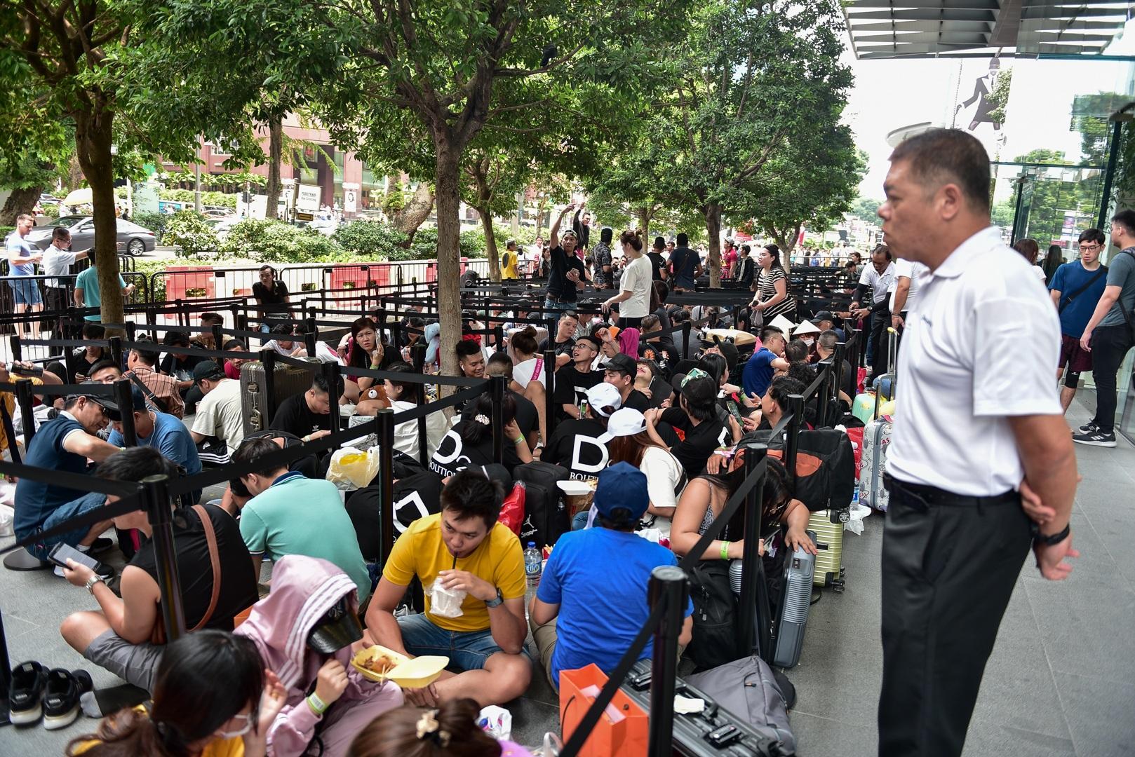 Tường thuật từ Singapore: Cả ngàn người ăn chực nằm chờ iPhone 11 - 16