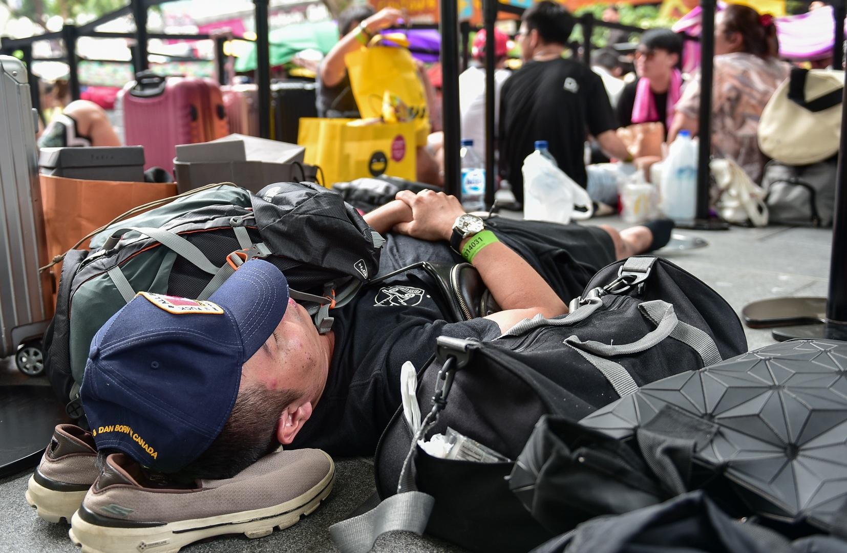 Tường thuật từ Singapore: Cả ngàn người ăn chực nằm chờ iPhone 11 - 17
