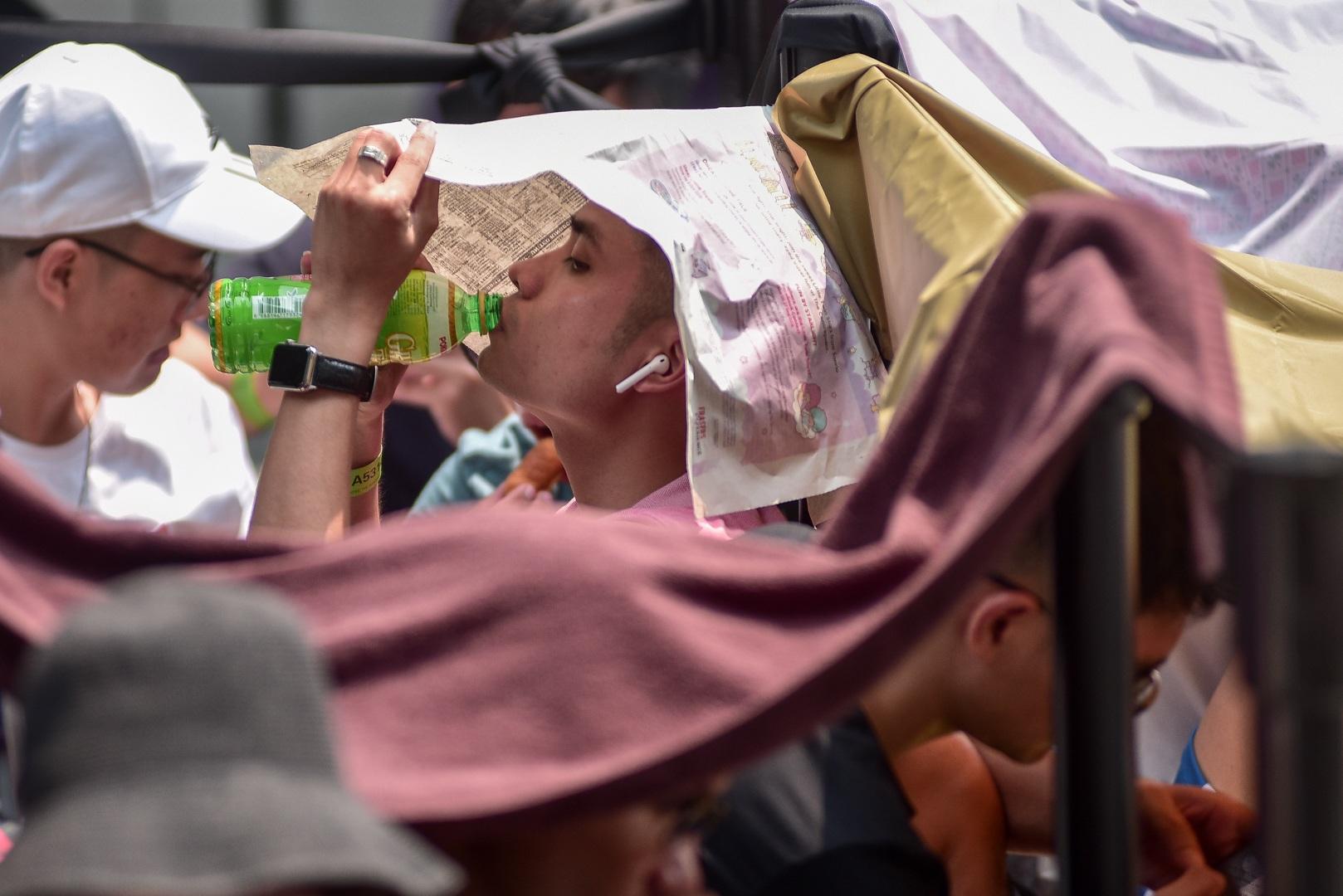 Tường thuật từ Singapore: Cả ngàn người ăn chực nằm chờ iPhone 11 - 12
