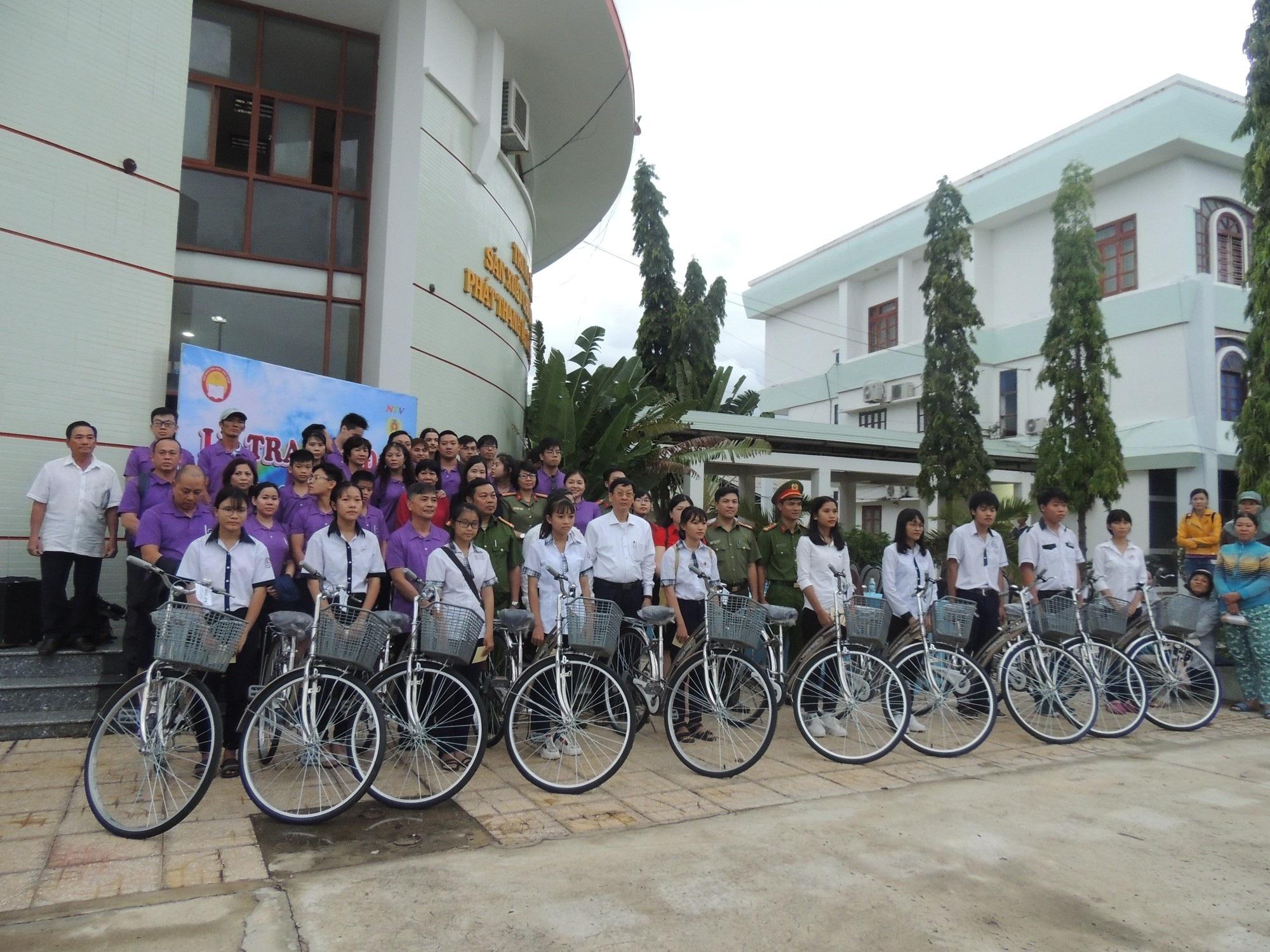Hội Khuyến học tỉnh Ninh Thuận tặng xe đạp cho 208 học sinh nghèo - Ảnh 1.