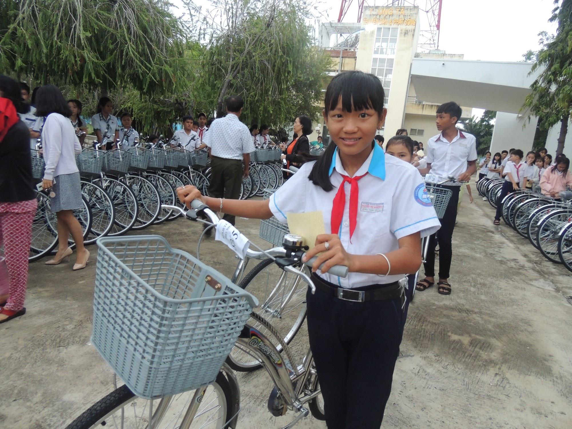 Hội Khuyến học tỉnh Ninh Thuận tặng xe đạp cho 208 học sinh nghèo - Ảnh 2.