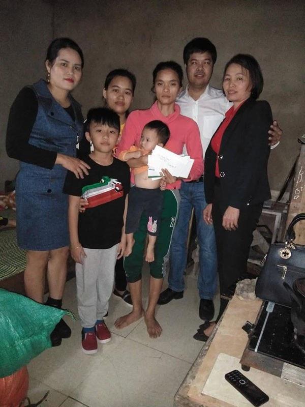 PV Dân trí dẫn nhóm bạn trẻ tại Hà Tĩnh hỗ trợ nóng, giúp mẹ con chị Liên có thêm kinh phí chạy chữa cho chồng.