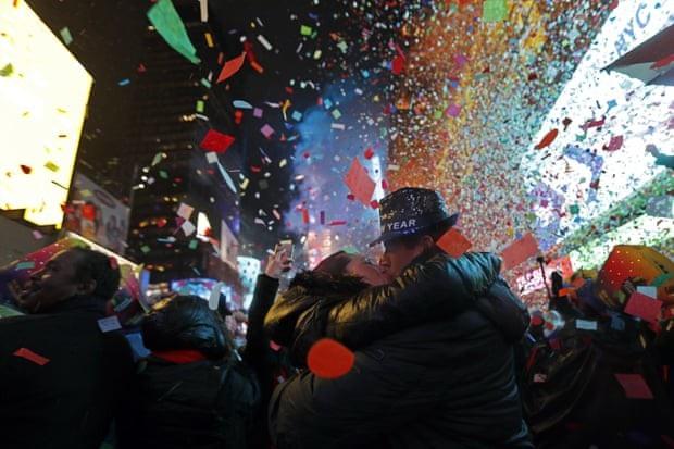 Cặp đôi Mỹ dành cho nhau nụ hôn ấm áp trong thời khắc giao thừa tại Quảng trường Thời đại ở New York. (Ảnh: AFP)