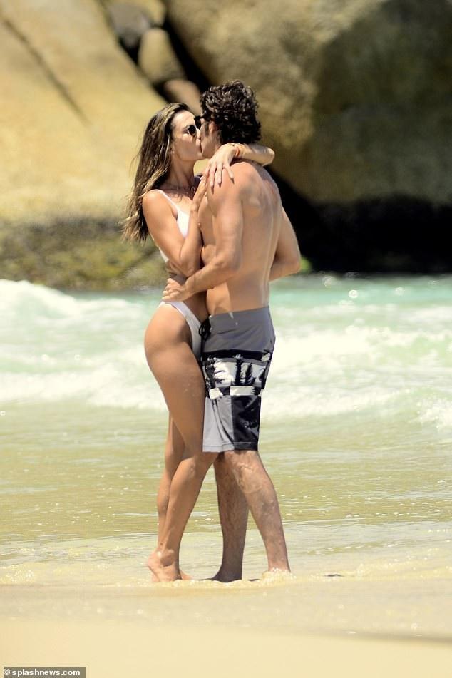 Alessandra Ambrosio tình tứ bên bạn trai - Ảnh 3.