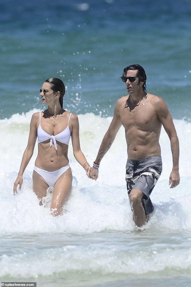 Alessandra Ambrosio tình tứ bên bạn trai - Ảnh 4.