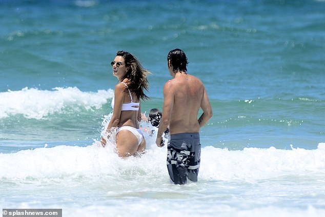 Alessandra Ambrosio tình tứ bên bạn trai - Ảnh 7.