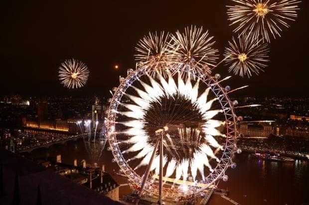 Bữa tiệc ánh sáng trong đêm giao thừa tại London. (Ảnh: Getty)