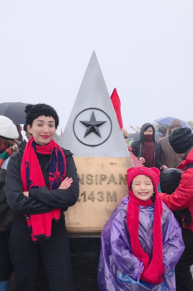 Hoa hậu Ngọc Diễm cùng con gái Chiko có chuyến khám phá Hà Nội - Sapa dịp nghỉ Tết dương lịch. Thời tiết âm 4 độ C không làm nao núng ước mơ chinh phục đỉnh cao của cô bé 8 tuổi.