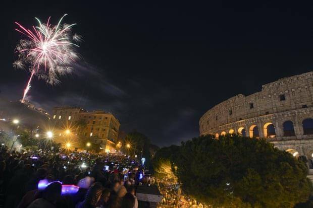 Người dân Italy tập trung xem bắn pháo hoa tại Rome. (Ảnh: AP)