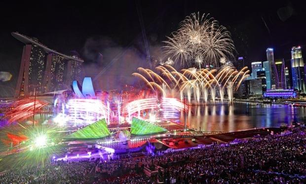 Bữa tiệc âm thanh, ánh sáng đón năm mới tại vịnh Marina, Singapore. (Ảnh: Getty)
