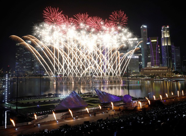Khoảnh khắc ấn tượng tại Singapore trước thời khắc chuyển giao năm cũ - năm mới. (Ảnh: Reuters)
