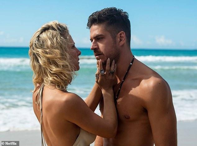 Vợ chồng Thần Sấm Chris Hemsworth luôn xem cảnh nóng của nhau - Ảnh 1.
