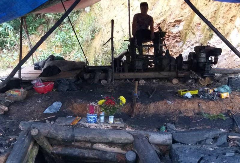 """Đột nhập mỏ than thổ phỉ, chứng kiến phu than """"lặn"""" sâu hàng chục mét dưới lòng đất - Ảnh 9."""