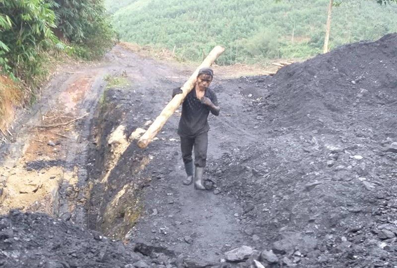 """Đột nhập mỏ than thổ phỉ, chứng kiến phu than """"lặn"""" sâu hàng chục mét dưới lòng đất - Ảnh 7."""