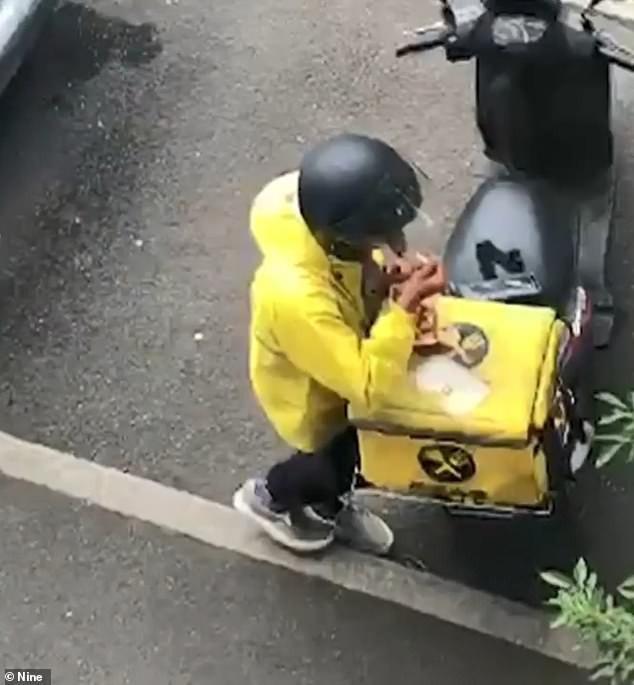 Hài hước: Nhân viên giao hàng lén ăn vụng đồ của khách  - Ảnh 2.