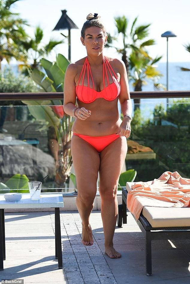 Frankie Essex vẫn tự tin diện bikini dù dáng không thon gọn - Ảnh 2.