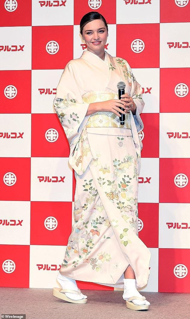 Miranda Kerr xinh đẹp với kimono - Ảnh 3.