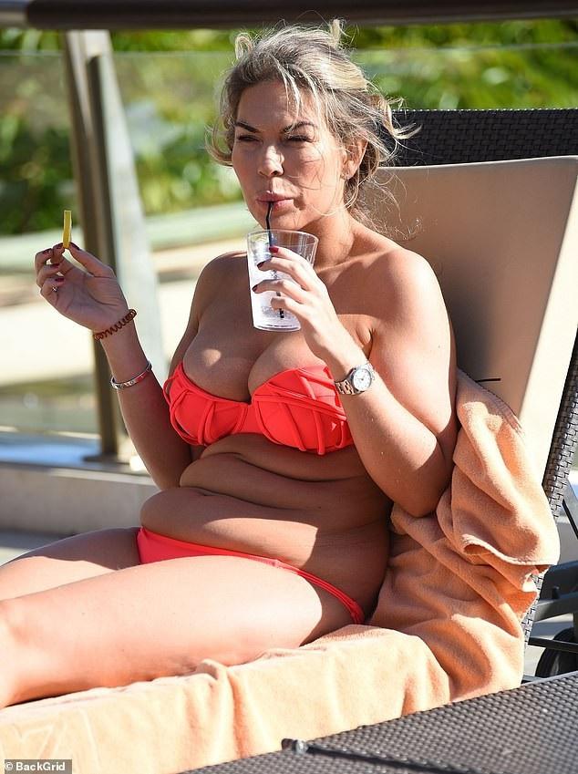 Frankie Essex vẫn tự tin diện bikini dù dáng không thon gọn - Ảnh 6.