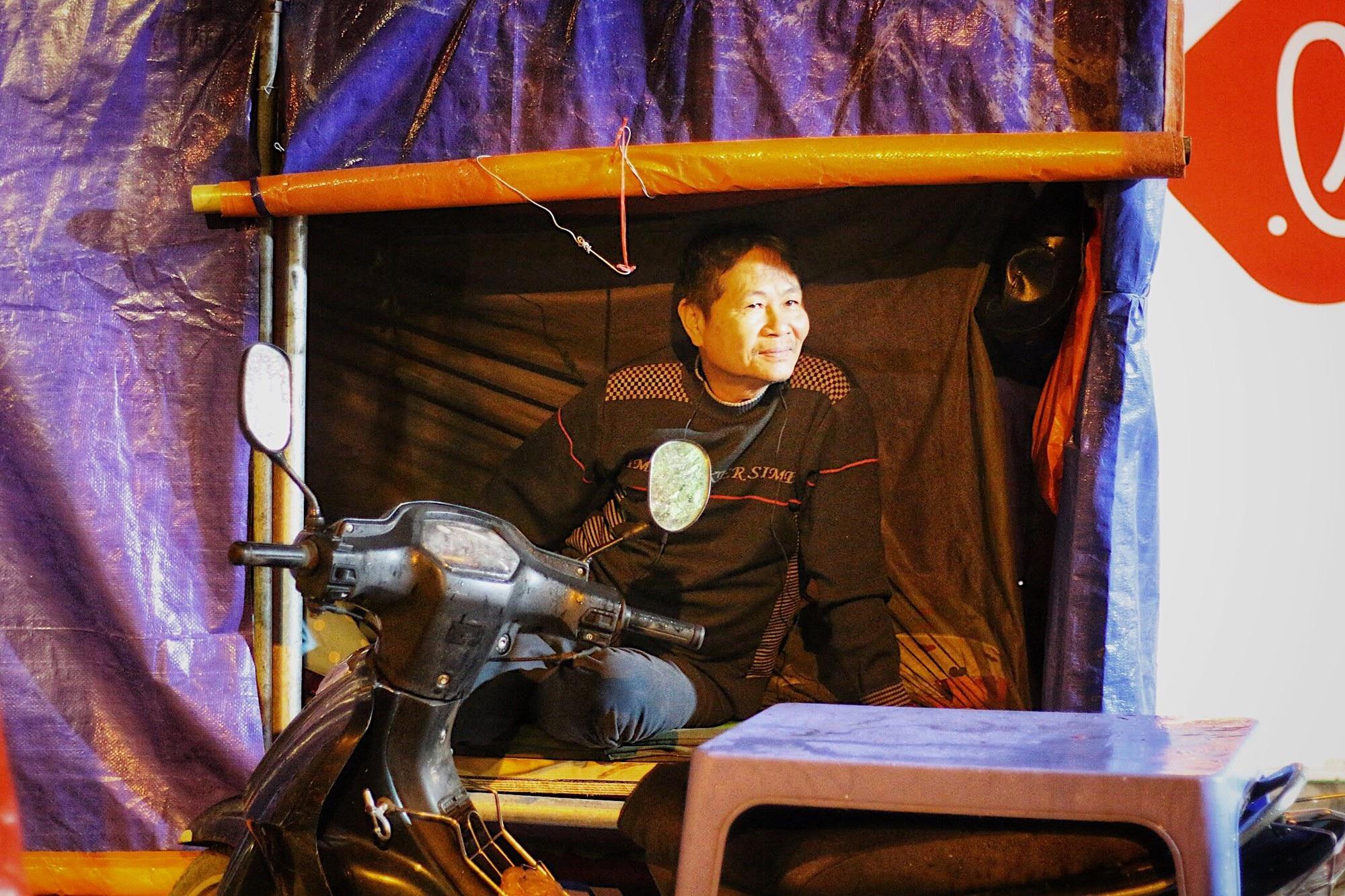 Lo mất trộm, người Hà Nội dựng lều đốt lửa trông đào xuyên đêm - Ảnh 10.