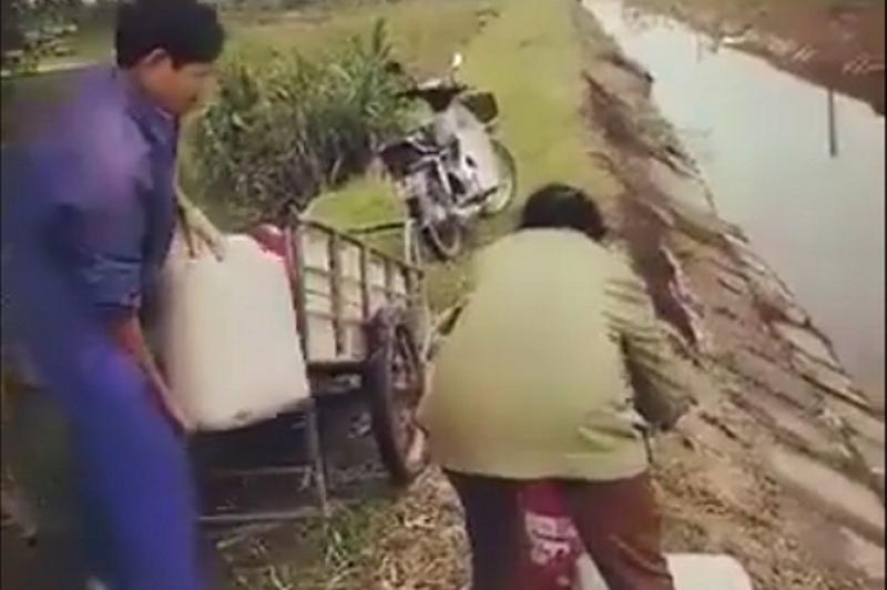 Vợ chồng trưởng thôn đổ chất thải bẩn ra môi trường - Ảnh 1.